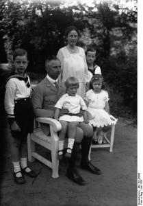 Neueste Aufnahmen des Prinzen Oskar von Preussen im Kreise seiner Familie. Unser Bild zeigt den Prinzen mit seiner Familie im Garten seiner Villa in Potsdam.